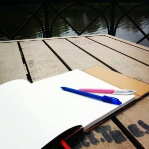 Écrire au soleil au bord de l'eau